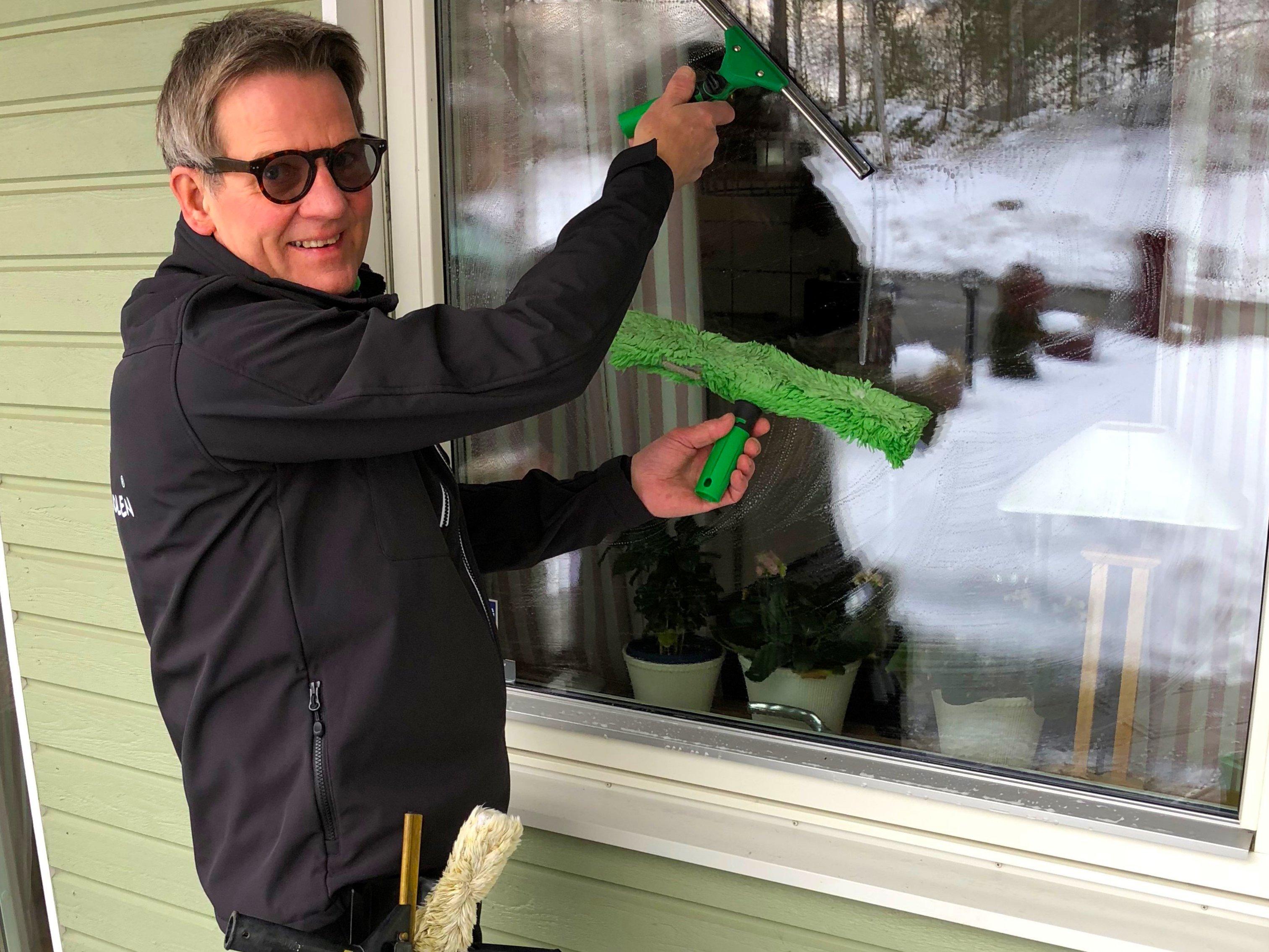 Bertil är expert på fönsterputsning!