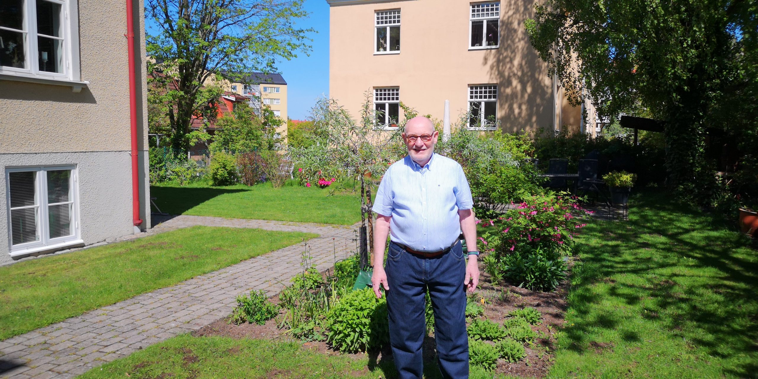 Pensionär med gröna fingrar håller Prinsens trädgård i topptrim